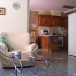 Wohnzimmer und Küche in einer Unterkunft der Escuela Delengua