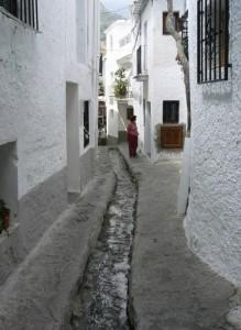 Der Bach fliesst mitten durch das Dörfchen Pampaneira in den Alpujarras in Spanien