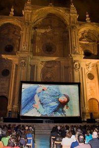 Filme schauen vor der eindrücklichen Kulisse der Kathedrale von Granada
